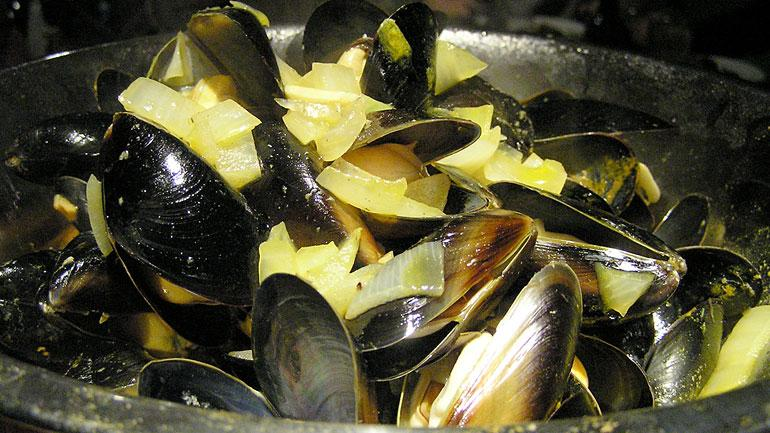 Garlic Mussels in White Wine, Scallion-butter Broth